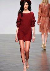 бордовое вязаное платье