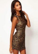 Коричневое платье с золотым принтом