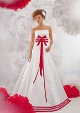 Свадебное платье с красными элементами