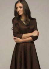 Коричневое платье с рукавом