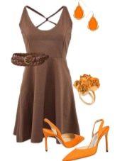 Оранжевые босоножки под коричневое платье
