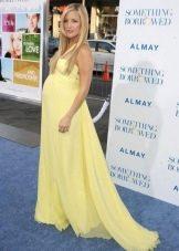 Праздничное длинное желтое платье со шлейфом для беременных