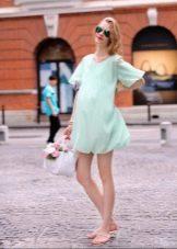 Нежно-голубое короткое платье для беременных
