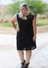 Модное черное платье для полной женщины невысокого роста