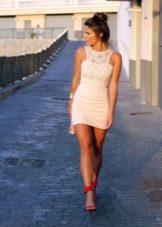 Обтягивающее короткое платье молочного цвета с гипюром