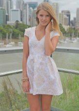 Платье молочного цвета для блондинки