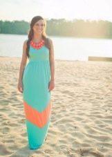 Платье цвета морской волны с коралловыми вставками и бижутерией