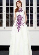Белое платье с фиолетовым принтом
