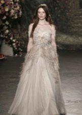 Пышное платье из органзы с перьями