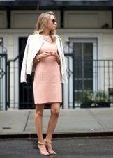 Персиковое короткое платье с пиджаком