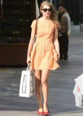 Красные туфли к персиковому платью