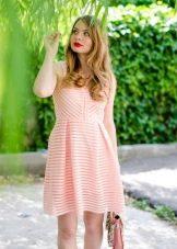 Повседневное персиковое платье
