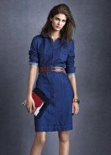 Джинсовое платье сафари с кожаным коричневым поясом