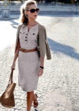 Платье сафари с кардиганом, кожаной сумкой и ремнем