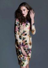 Офисное платье в цветочек футляр
