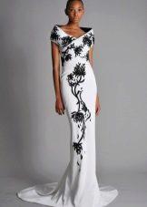 Белое платье с черным цветочным узором