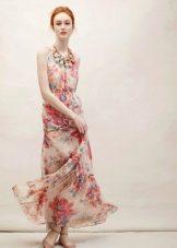 Бежевая обувь к платью с цветочным принтом