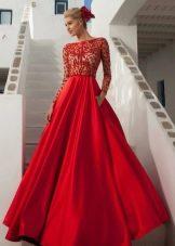Пышное длинное красное платье с кружевным топом