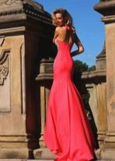 Длинное платье со шлейфом красного цвета