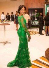 Насыщенно-зеленое длинное платье