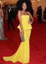 Длинное желтое платье с баской и декольте