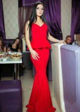 Красивое красное платье с баской