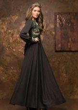 Длинное темно-зеленое платье в русском стиле