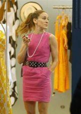 Розовое платье с ниткой жемчуга