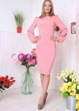 Розовое платье миди с рукавом