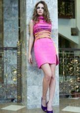 Вязаное розовое платье футляр