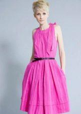 Розовое платье с контрастным поясом