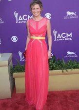 Розовое платье с желтым поясом