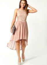 Розовое платье с серым клатчем