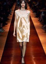 Короткое бежевое шелковое платье