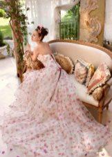 Нежное свадебное платье с цветочным принтом