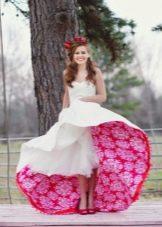 Красивое свадебное платье цветочным принтом на подъюбнике