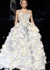 Красивое серо-белое свадебное платье с цветочным принтом