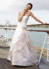 Красивое бело-розовое свадебное платье с цветочным принтом