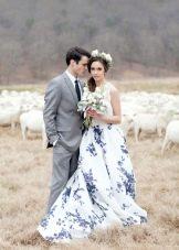 Красивое бело-синее свадебное платье с цветочным принтом