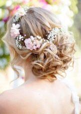 Прическа с живыми цветами к свадебному платью