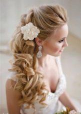 Прическа с цветами из ткани к свадебному платью