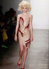 Телесное платье с красными элементами