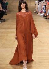 Длинное пышное терракотовое платье из полупрозрачной ткани