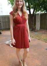 Терракотовое платье средней длины для белокожей блондинки