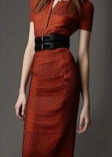 Терракотовое платье-футляр с широким черным поясом