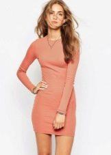 Обтягивающее трикотажное светло-терракотовое платье