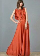 Длинное платье терракотового цвета