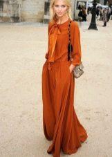 Длинное терракотовое платье для блондинки
