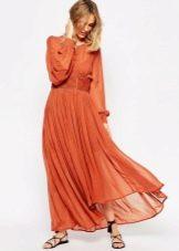 Длинное терракотовое платье с длинными рукавами