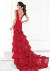 красное со шлейфом платье